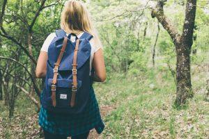 Vrouw met rugzak op reis