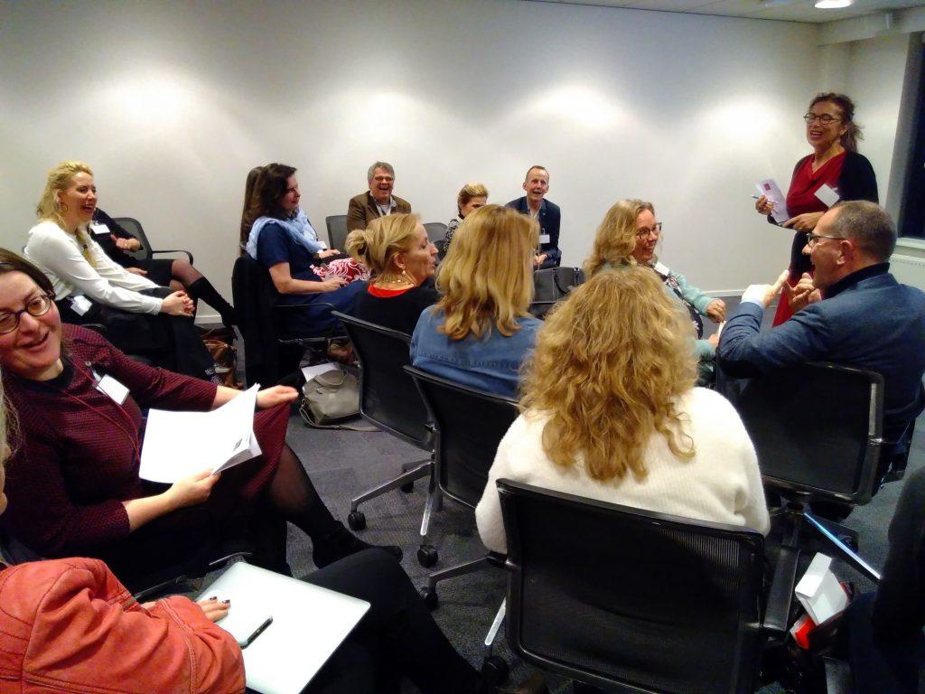 Lachende bestuurders en coördinatoren tijdens bijeenkomst
